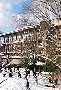 雪積もる、小学生校庭の丘にて